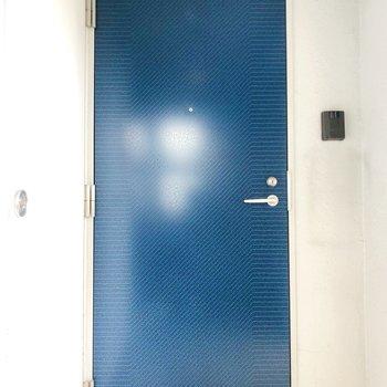 鮮やかなサファイアブルーの扉が毎日を彩ってくれますよ。