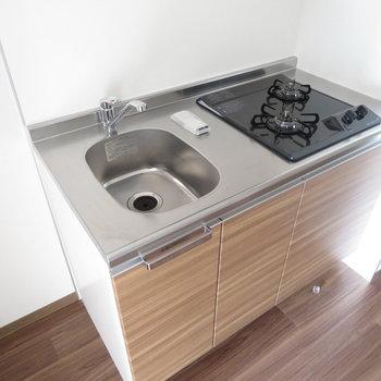 システムキッチンの横には冷蔵庫スペースが(※写真は10階の同間取り別部屋のものです)