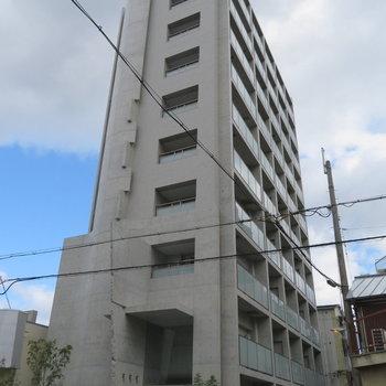 コンクリートが印象的なマンション