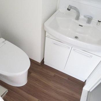 トイレと洗面台は同居(※写真は10階の同間取り別部屋のものです)