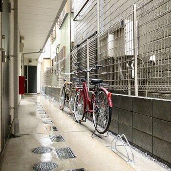 自転車はオートロックの中に。シンプルでカッコいい自転車立てです。