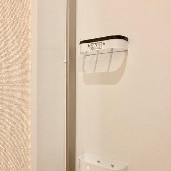 玄関ドアに傘立てがあります。