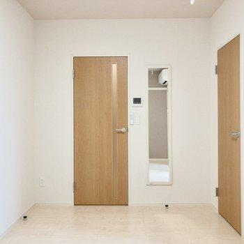 反対側を向くと収納と廊下へと続くドアが。