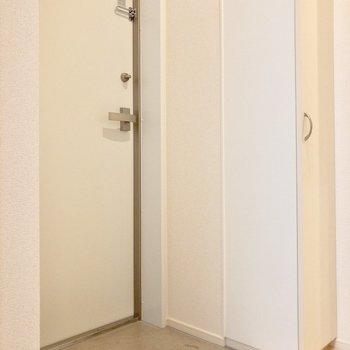 コンクリ―トの玄関スペース。シンプルで清潔感があります。