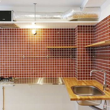 キッチンはL字に!赤が差し色になっています。
