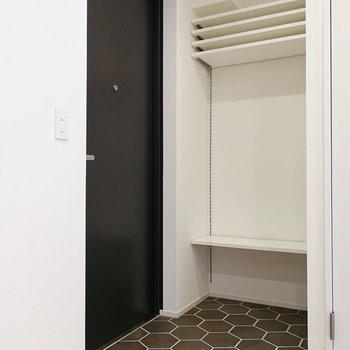 玄関の床までデザインされてますよ。収納は可動タイプ。