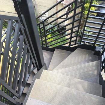 最上階まで階段を登りましょう。