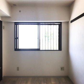 【洋室5.1帖】こちらのお部屋は丈の短いカーテンのご用意を。