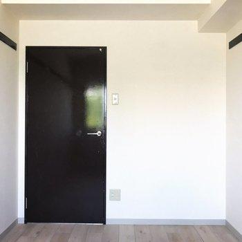 【洋室5.1帖】廊下に繋がる扉は取っ手付き、右側は襖。和とモダンの融合!