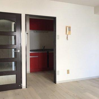 【LDK】ちらりと見える赤いキッチン。