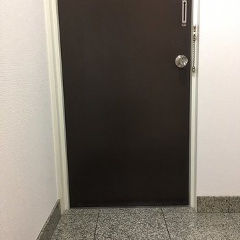 つるっとした床の玄関