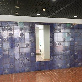 エントランスにはかっこいいブルーの壁