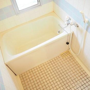 お風呂はレトロでかわいい。