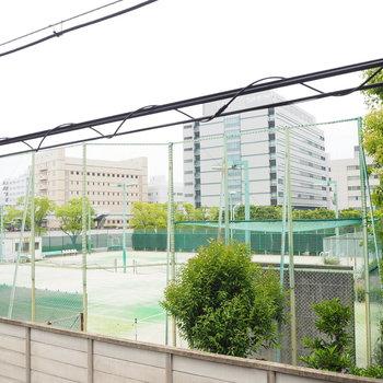 目の前はテニスコートです!