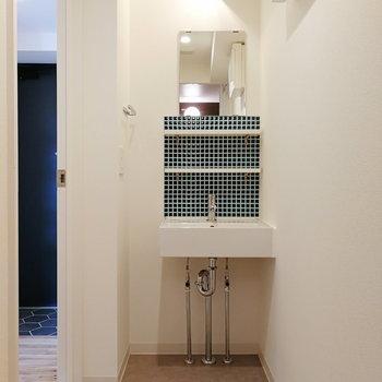洗面台にもタイルが。玄関横からサニタリーにいけます。