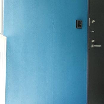 玄関前のブルーがポイント。