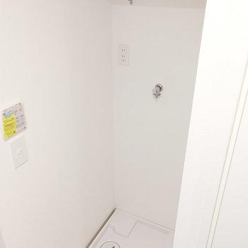 洗濯機はお風呂手前に。導線が考えられてますね。