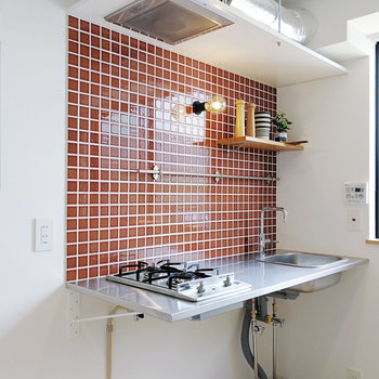 レッドタイルが差し色になったキッチン。