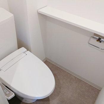トイレも玄関横です!上部にも棚がありますよ。