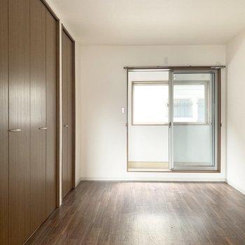 こっちの洋室はベッドを置いて寝室にしようかな。(※写真のお部屋は清掃前のものです)