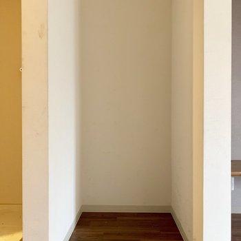 横のスペースには冷蔵庫置き場もちゃんとありました(※写真のお部屋は清掃前のものです)