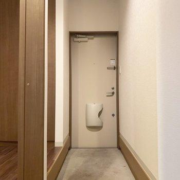 廊下みたいにながい〜のは玄関です(※写真のお部屋は清掃前のものです)