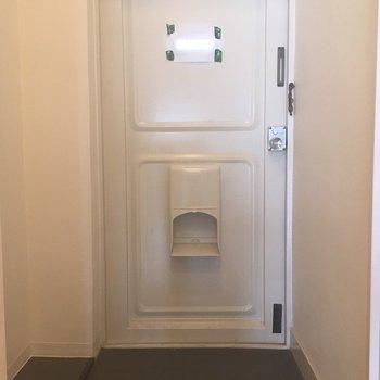 玄関は広めでシンプルに
