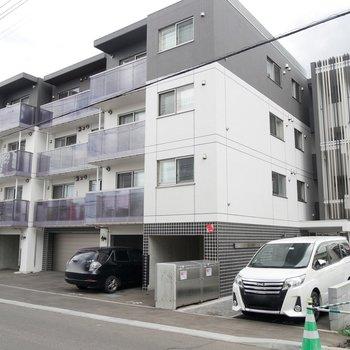 おしゃれな外観です!4階建のマンション!