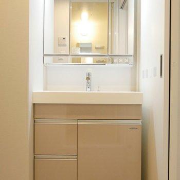 独立洗面台、嬉しい♪鏡大きいな〜!