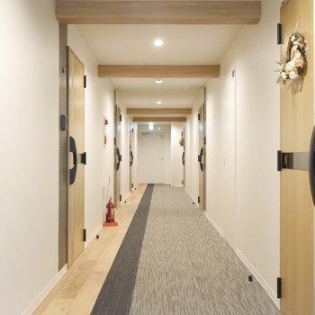 ながーーーい廊下はカーペット敷♪
