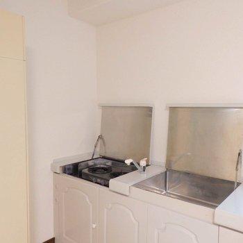 キッチンは蓋を開いて使います。(※写真は4階の同間取り別部屋のものです)