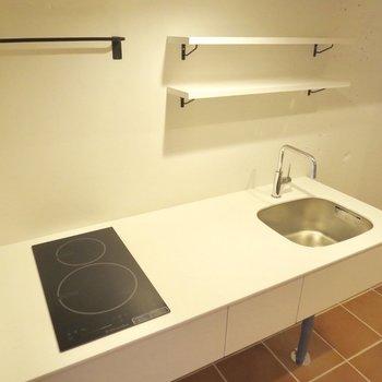 キッチンはシンプルですが、調味料が置けるのがいいな〜