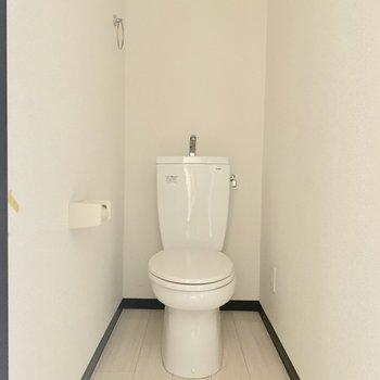 トイレカバーなどをして彩りのある空間に※写真は通電前・クリーニング前のものです