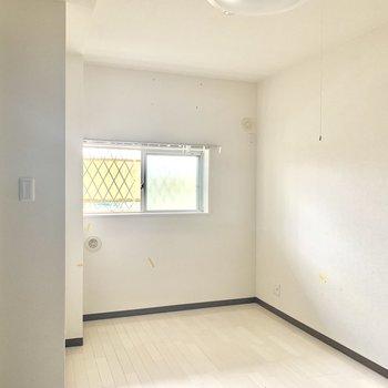 【洋室】窓が付いているので空気の入れ替えもしっかり出来ます※写真は通電前・クリーニング前のものです