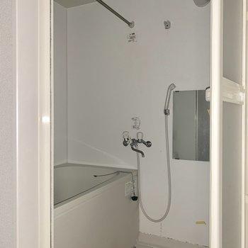 浴室乾燥機が付いているので、雨の日なども困りませんね※写真はフラッシュ撮影・クリーニング前のものです