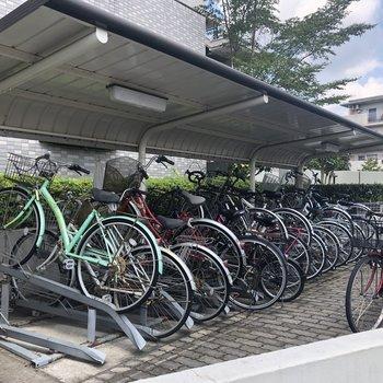 駐輪場は屋根が付いてます。