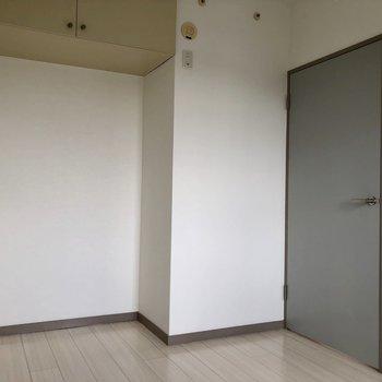 【洋室(右)】こちらの収納は、ちょっと高めのところ。