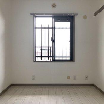 【洋室(右)】窓から心地よい風が入ってきました。