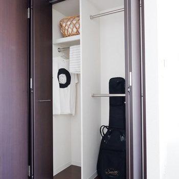 収納も高さがあり、楽器のケースも格納可能。※家具はサンプルです