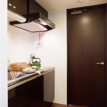 キッチンもシックで料理も楽しくなりますね。※家具はサンプルです
