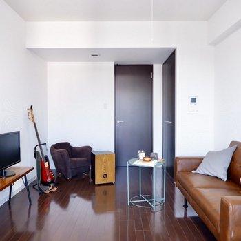 全体的にブラウン系の家具もよく合います。※家具はサンプルです