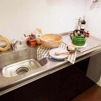 2口コンロで料理の幅も広がります。※家具はサンプルです
