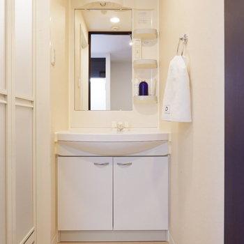脱衣所には洗面台があり、動線も良いのです。※家具はサンプルです