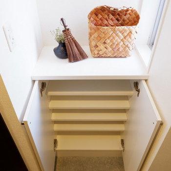 シューズボックス上には鍵など置くことできますね。※家具はサンプルです