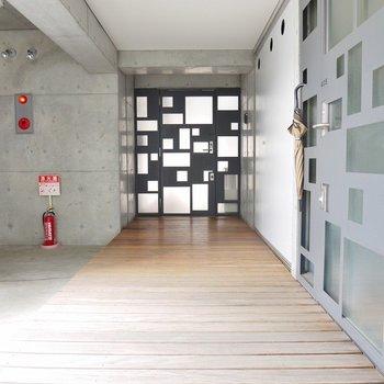 共用廊下は木を使用。