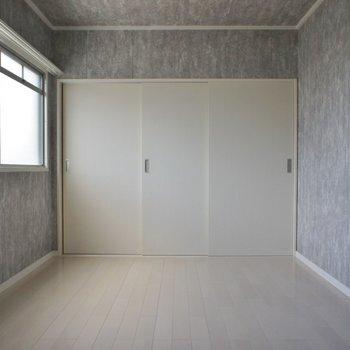 洋室も小窓があって明るい★