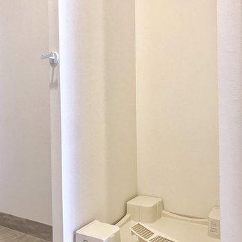 洗濯機置き場は玄関横にあります。