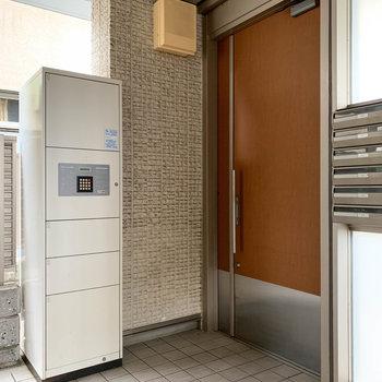 宅配ボックスは、外から入れて、受け取りは中で。という便利な構造。