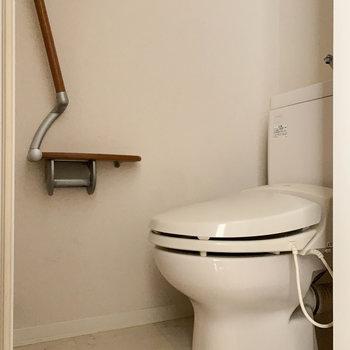 玄関近くに独立したトイレがあります。