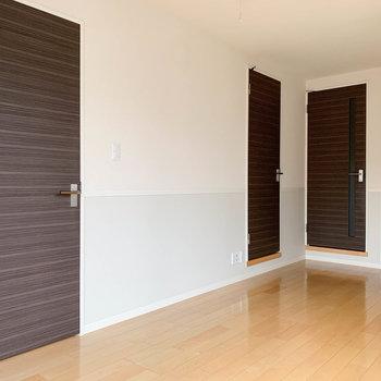 手前の扉から、収納、サニタリー、玄関へ。
